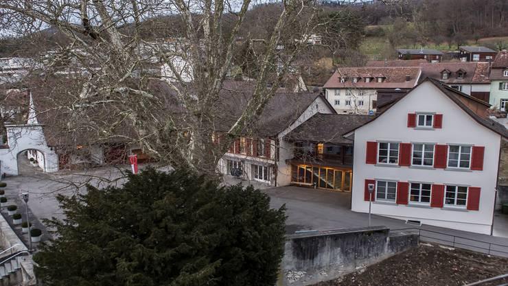 Der Blick über den Schlosshof zeigt den alten Dorfkern und die neuen Terrassenhäuser an den bevorzugten Wohnlagen. Mathias Marx