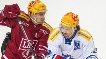 Lausannes Topskorer Joel Genazzi (links) im Kampf mit ZSC-Spieler Roman Wick