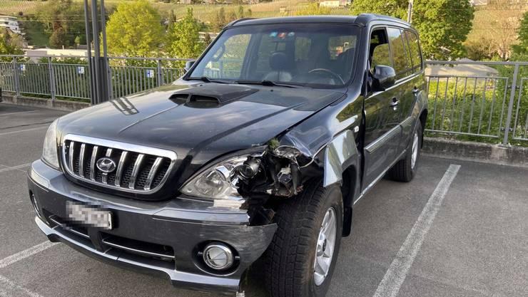 Ein 20-jähriger Kosovare aus der Region kam mit einem Hyundai von der Hauptstrasse ab und prallte gegen einen Baum.Hier steht das Auto in der Nähe des Polizeipostens in Klingnau.