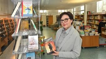 Nach einem halben Jahr gibt es wieder neue Bücher: Stadtbibliotheksleiterin Sibylle Scherer vor dem Gestell mit den Neuheiten.Bild: bko/Archiv