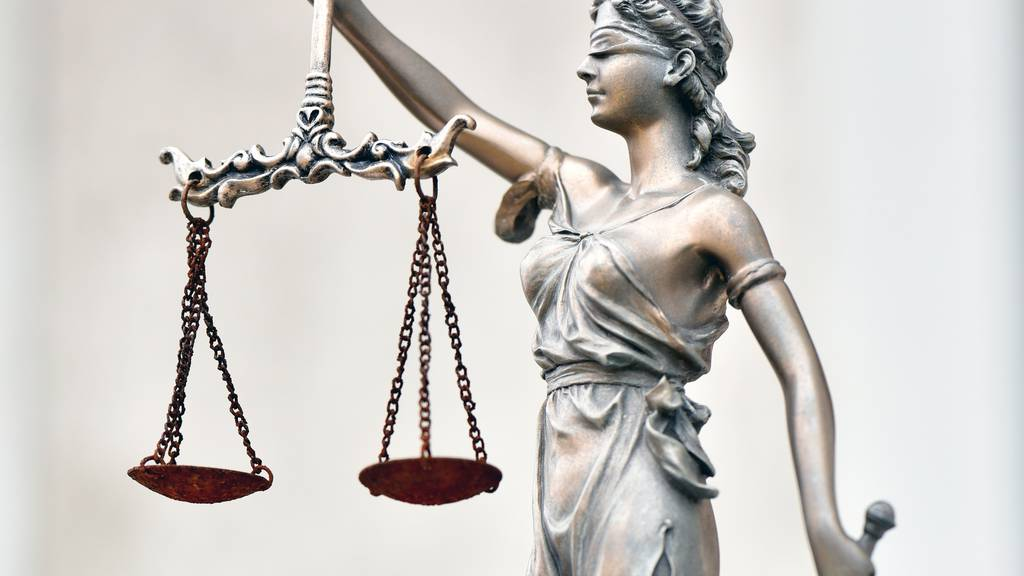 Urteil gefällt: Mann wollte seine Frau ersticken – diese musste ihm Unterhalt zahlen
