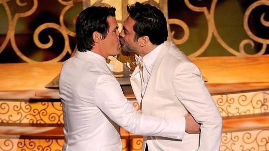 Den TV-Zuschauern blieb diese Szene vorbehalten: Josh Brolin (l.) und Javier Bardem (r.) geben sich während der Oscar-Verleihung einen Kuss