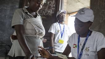 Eine Frau registriert sich in einem Wahlbüro in Bujumbura, um ihre Stimme abzugeben.