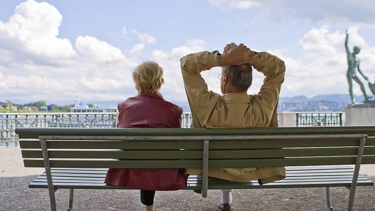 Schweizerinnen und Schweizer machen sich am meisten Sorgen um ihre Altersvorsorge, wie eine am Dienstag veröffentlichte Befragung zeigt. (Archivbild)