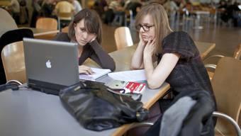Studenten sind in der Caféteria am Lernen (Archivbild).