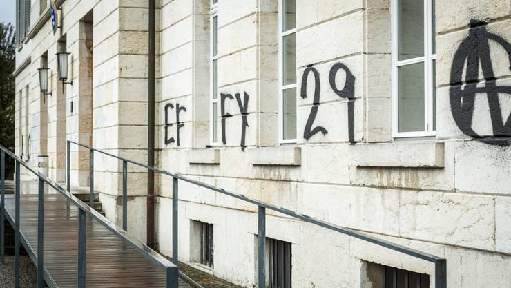 Die Schriftzüge am Grossratsgebäude weisen auf die Berner Hausbesetzerszene hin.