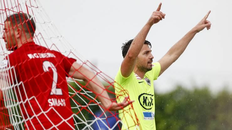 Der Torschütze zum 0:1, Gianluca Frontino, jubelt nach dem Tor, Enttäuschung bei Denis Simani.