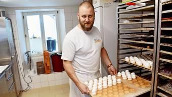 Daniel Waber benötigt für eine Serie mit 300 bis 400 «Bünzlichöpf» zwischen vier und fünf Stunden reine Arbeitszeit.
