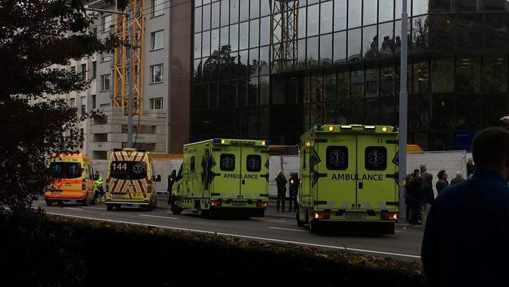 Mehrere Fahrzeuge der Ambulanz vor dem Baloise-Hauptsitz in Basel.