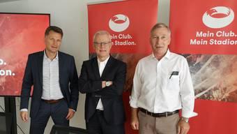 Michael Hunziker und René Herzog von meinstadion.ch mit FCA-Präsident Alfred Schmid (v.l.n.r.).