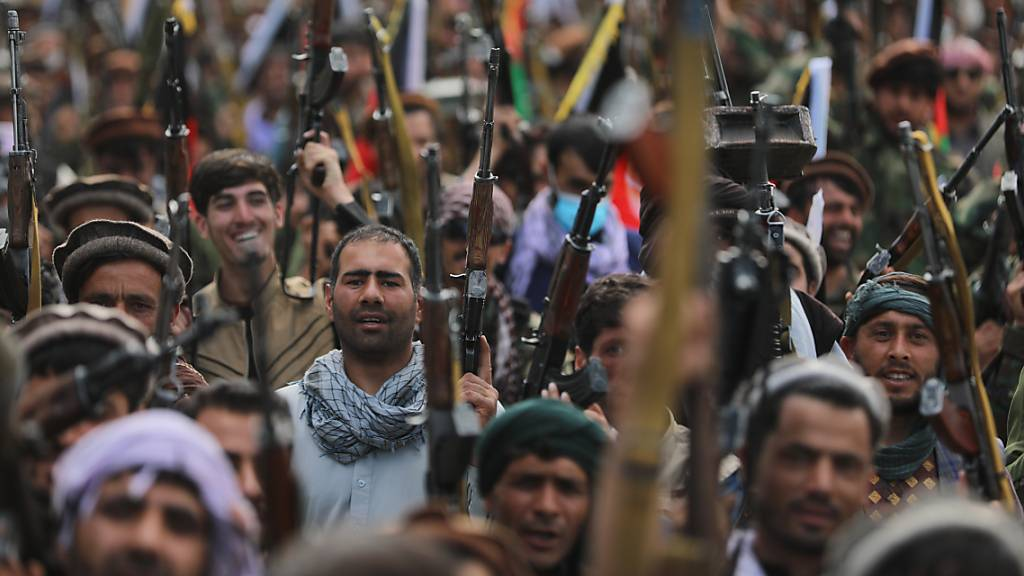 dpatopbilder - Nach den Offensiven der militant-islamistischen Taliban im Norden Afghanistans haben sich Zivilisten und Anhänger verschiedener politischer Parteien bewaffnet. Foto: Rahmat Gul/AP/dpa