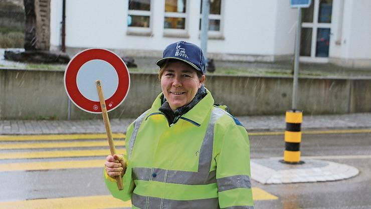 Daria Wegmüller sorgt als Schülerlotsin dafür, dass die Schüler die Strasse sicher queren können.
