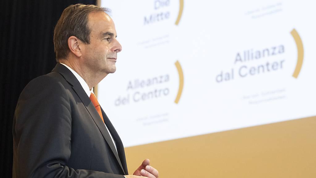 Gerhard Pfister, Präsident der CVP/die Mitte, vor dem neuen Logo seiner Partei.