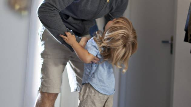 Trotz gemeinsamem Sorgerecht ist eine Mutter mit ihren Kindern weggezogen. Das bleibt ohne Konsequenzen. (Symbolbild)