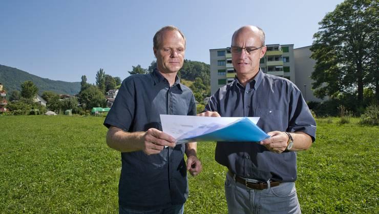 Urs Heimgartner (links) und Daniel Huser besprechen die Pläne
