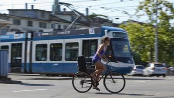 Der prozentuale Anteil des öV, Fuss- und Veloverkehrs am gesamten Verkehrsaufkommen in der Stadt Zürich soll nach dem Programm «Stadtverkehr 2025» innerhalb von zehn Jahren um zehn Prozentpunkte steigen. keystone
