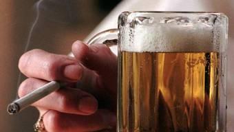 Wer raucht und viel trinkt, lebt nicht vorbildlich - mit kleinen Tricks könnte der Lebenswandel aber klappen. (Symbolbild)