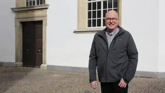 Pfarrer Rolf Zaugg vor der reformierten Stadtkirche Brugg setzt auf Livestream-Gottesdienste.