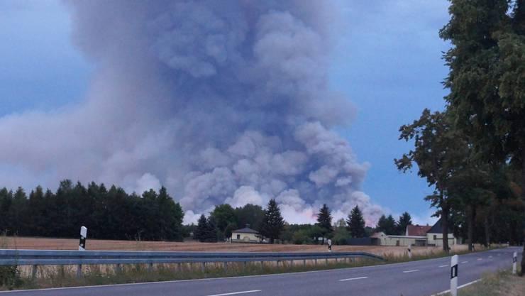 Die Rauchsäule ist von zehn Kilometern Entfernung zu sehen: In der Nähe von Berlin ist ein grosser Waldbrand ausgebrochen.