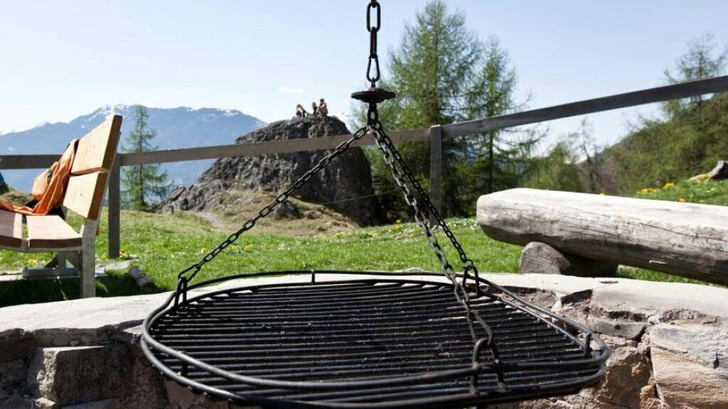 Eine Registrationspflicht für Zürcher Grillstellen und eine Maskenpflicht beim Aareschwimmen in Bern sind nur zwei von zahlreichen 1.-April-Scherzen, welche die Einschränkungen wegen des Coronavirus thematisierten. (Symbolbild)