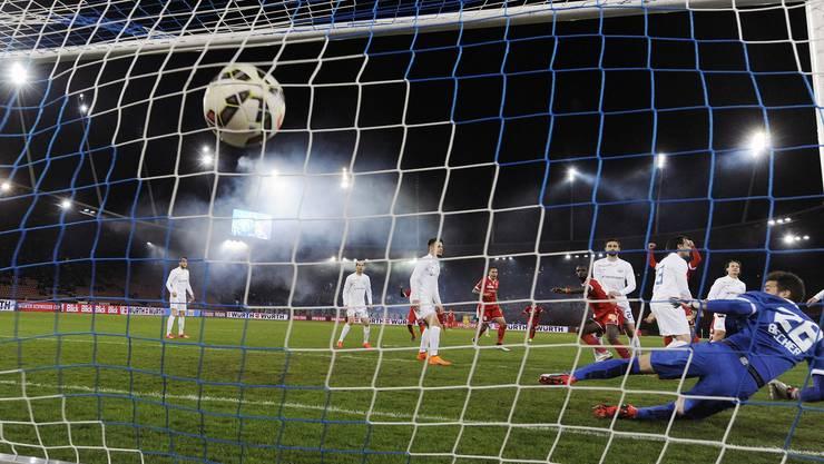 Der Sittener Moussa Konate bezwingt den Zürcher Torhüter Yanick Brecher zum 0 zu 1 für Sion.