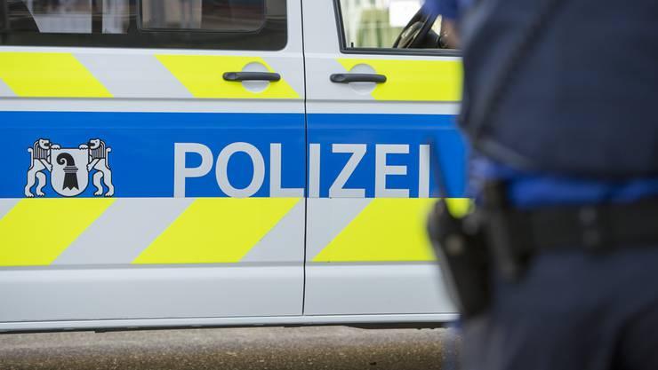 Ein Räuber überfiel eine Frau und floh auf dem Rollbrett. (Symbolbild)