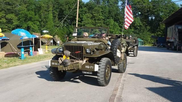 Über 100 Fahrzeuge aus der Zeit des Zweiten Weltkrieges (und danach) sind in Sisseln aufgefahren und versetzen die Besucher in eine andere Zeit.