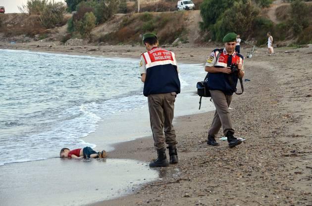 Das Bild des dreijährigen Jungen Aylan Kurdi, der am 2. September 2015 tot an den Strand einer Hotelanlage in Bodrum (Südtürkei) angespült wurde, ging um die Welt.