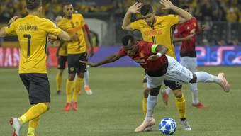 Die Szene täuscht: Loris Benito (hinten) bringt Captain Paul Pogba zu Fall. Im Spiel gewann der Favorit aus Manchester zu deutlich mit 3:0.