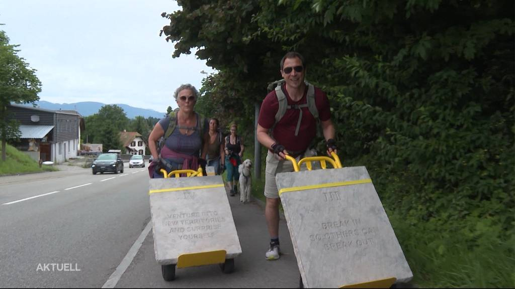 Fast wie Obelix: Freiwillige schleppen 100 Kilo schwere Brocken durch den Aargau