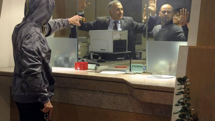 Der Mann betrat die Kantonalbank bei der Schifflände und fragte am Schalter, ob er 10'000 Franken für hilfsbedürftige Menschen erhalten könne. (Symbolbild)
