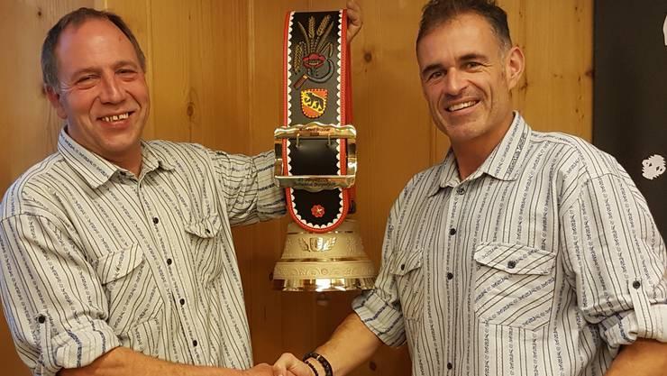 Manfred Kaiser (links) konnte vom Präsidenten Markus Schwab für seine 25-jährige Vereinstreue eine schöne Glocke entgegennehmen.