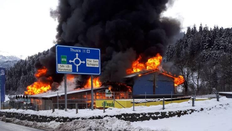 Meterhohe Flammen und eine dicke Rauchsäule: Das Landi-Gebäude in Thusis GR steht in Vollbrand.