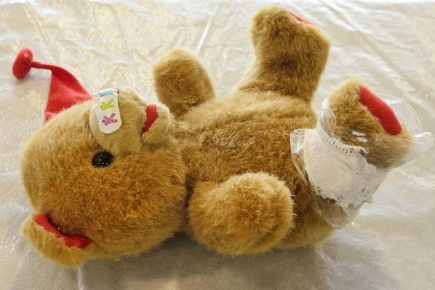 Ein Verband und Pflaster für den Teddy-Bär.