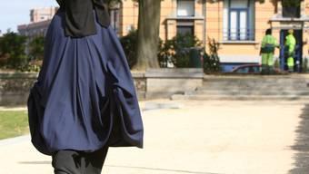Eine Frau, die einen Nikab trägt (Archiv)