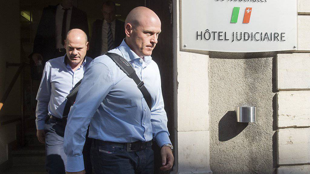 Didier Cuche verlässt am Montag das Gericht in La Chaux-de-Fonds NE, wo er sich wegen Verkehrsdelikten verantworten musste.