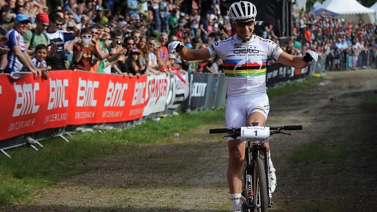 Nino Schurter fährt in Solothurn als Sieger über die Ziellinie.