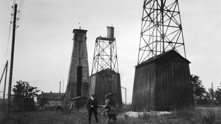 Im Wilden Westen des Baselbiets: Salzbohrtürme in Schweizerhalle, 1922. Sie sind mittlerweile versetzt worden: zwei ins Gebiet Löli, Richtung Augst.