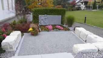 Das neu gestaltete Priestergrab auf dem Friedhof Laupersdorf wurde am Bettags-Sonntag von Pastoralraum-Pfarrer Simon Moser eingesegnet.