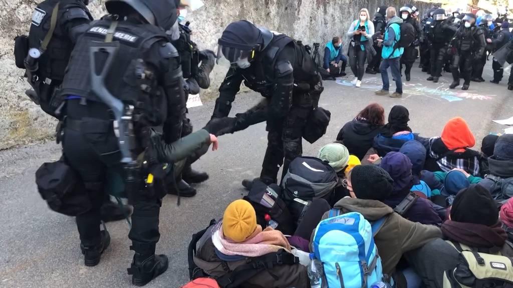 Räumung von besetztem Hügel in der Waadt: Polizei trägt Aktivisten weg