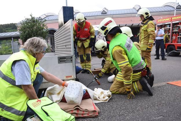 Ein eingeklemmter Velofahrer wird befreit und medizinisch versorgt
