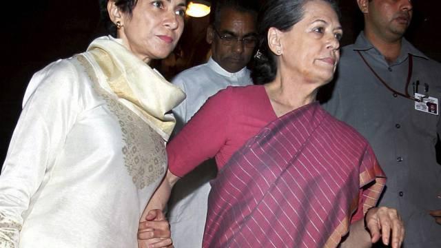 Sonia Gandhi (rechts) wird aus dem Parlament geführt