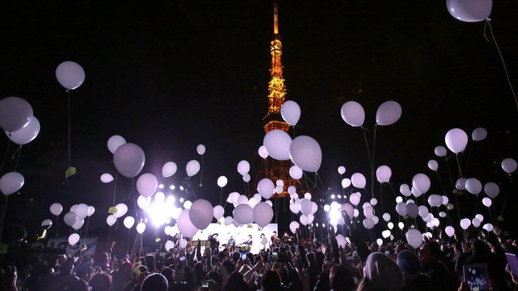 Zum Jahreswechsel lassen die Menschen in Tokio Ballone steigen.
