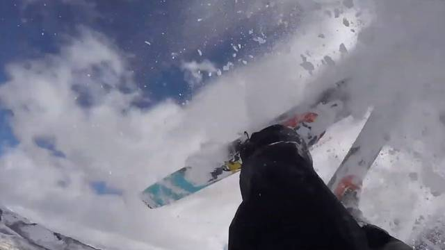 Hier überschüttet eine Lawine einen Skifahrer