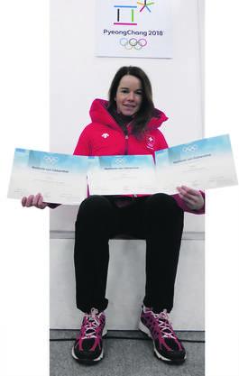 Nathalie von Siebenthal und ihre bisherigen drei Olympischen Diplome.