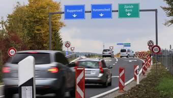 Die neuen Strassenschilder beim Anschluss des Zubringers T5 von Aarau her sollen die neue Verkehrssituation für die Autofahrer klären. Pascal Meier