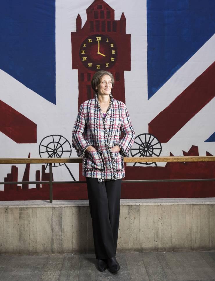 Eine Britin im Herzen der ETH Rektorin Sarah Springman vor einem Plakat, das Studenten für einen Ball gefertigt haben. Das Thema Grossbritannien. (2)