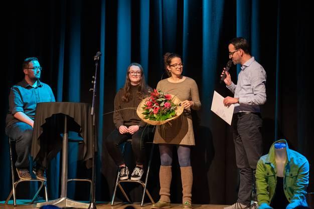 Rebekka Salm holt den Gesamtsieg und erhält einen Literathekstandort (mit Blumenstrauss). Rechts im Bild Geschäftsführer Stefan Ulrich von Region Olten Tourismus.