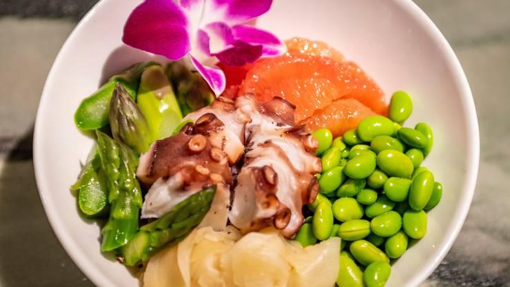 Poké Bowls enthalten Fisch, Ries oder Nudeln und Salat sowie diverse Toppings und Saucen.
