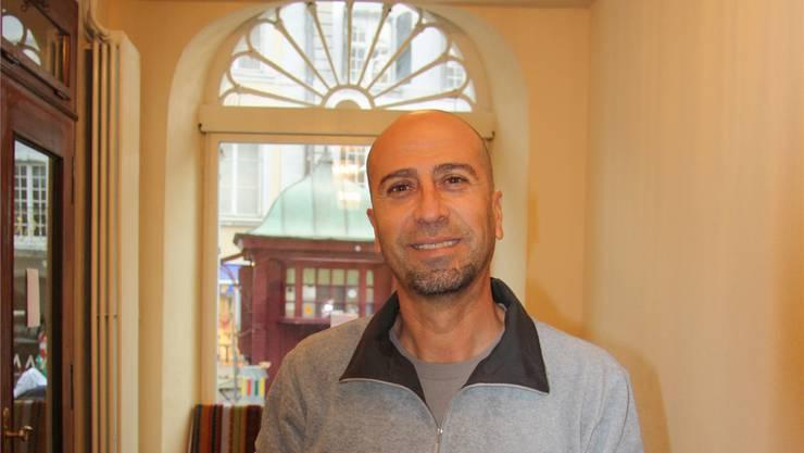 Schuan Tahir in seinem Stadtcafé mit Blick auf den Märetplatz.